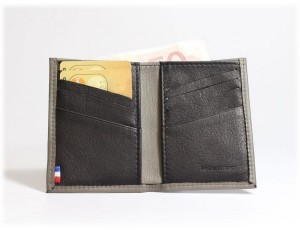 un porte chèque en cuir