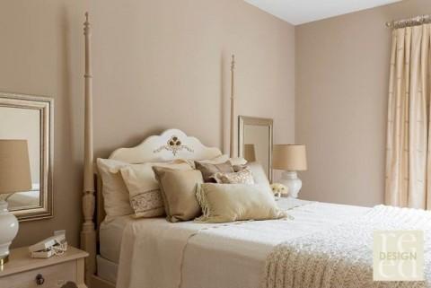 lit-colonnes-chambre-adulte-couleurs-pastel-neutres