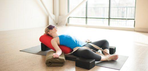 Utiliser un bolster de yoga